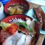 90439045 - ①海鮮丼+焼魚800円(税込)焼魚は5種類位から選べて、マグロにしました!海鮮丼小振りですが、ご飯の量結構あります!鰻がひょっこり乗ってる。