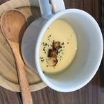 カフェ アンリュール - サービスのコーンスープ