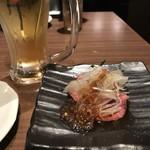 博多やさい巻き串 虎乃家 - 生ビールとお通しのローストビーフ。