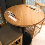 あかし亭 あなご - しっとりのみたい日には丸テーブルで。