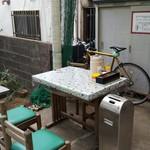 金兵衛食堂 - 外の席