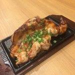 旨唐揚げと居酒メシ 広島ミライザカ - モモ一本グローブ焼き ガーリック