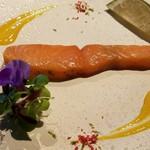 タマヤ - 自家製スモークサーモンのミキュイにディルクリームとオレンジジャムを添えて