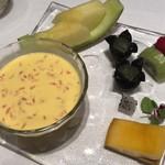 中国飯店 麗穂 - グレープフルーツとパピオカ入りマンゴーミルク、フルーツの盛合せ