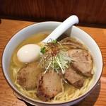 90455636 - 炙り豚和塩らぁ麺1,050円+味付け玉子100円+平打ち麺変更10円