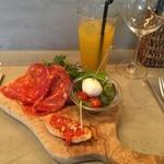 オービカ モッツァレラ バー - 前菜の盛り合わせ マンゴージュース