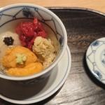 90458964 - 紫雲丹 白エビ 肉 カニ 赤酢シャリ