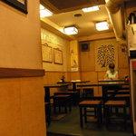 海鮮居酒屋 一心 - テーブル席と女将さん