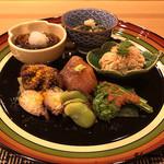 千載一遇 - 真鯛の鯛の子炊合せ、桜鱒のヅケ、飯蛸旨煮、コゴミ梅肉添え、一寸豆、山なめこ、ギバサ