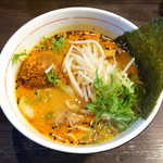 香味徳  - 牛骨担々麺(¥700)。クリーミーなスープに、ラー油が効いて旨味濃厚、白胡麻と黒胡麻が風味を添える