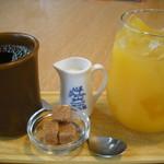 カフェ オムニバス - オレンジジュースとホットコーヒー