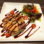 粋な肉 - フォアグラとトリュフが乗ったロッシーニ風サラダ(ポテサラ)