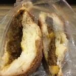パン アトリエ クレッセント  - 焼きチーズカレーパン断面