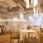 ナクレ - 隈研吾氏デザインの店内にはたくさんの透明な筒のオブジェがあり、差し込む光をやわらかに変化させ、まるで異世界にいるよう。
