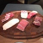 90483875 - ●メイン                       お肉は6種類&お魚は1種類があり、子牛のロース、鴨の胸肉、骨付きの子羊、もち豚の肩ロース、ハーブ牛のサーロイン、黒毛和牛のヒレ、お魚はイサキ。