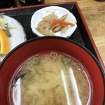 藤原 - わかめの味噌汁と小鉢(2018.8.7)