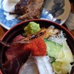 90486140 - ①海鮮丼ご飯少な目+焼魚800円(税込)焼魚はマグロのヒレにしました!デカイ!豪華ですね♪