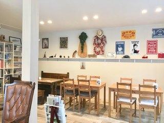 カフェ ジロー - 適度にハワイアンな雰囲気の店内…