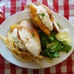 ボンジュール食堂 - カスクルート870円です。 衣厚めの白身魚フライと自家製タルタルソースのサンドイッチです。