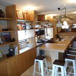 ワインカフェ - カウンターと奥のテーブル席(6名)