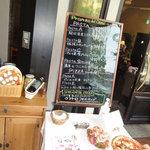 イタリアーナ エノテカ ドォーロ - お店入り口 イタリアンらしく手書き看板メニュー