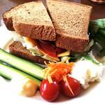 90504654 - ハンバーグサンドウィッチ ライ麦パン 1100円