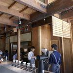 ブルーボトルコーヒー - サードウェーブな雰囲気を感じながら店内を見学し