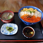 9051936 - 三色丼2,800円