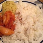 90510986 - 固めに炊かれた米、マッシュポテトとオニオンアチャールの様子