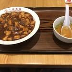 大阪王将 - 麻婆丼餃子セットの麻婆丼とスープ