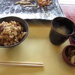 ステーキハウス 秀 - ガーリックライス・味噌汁・香の物