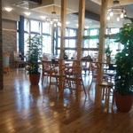 cafe ハッピーさかい - 明るく開放的な店内