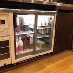 やきとりマル金 - 冷蔵庫には日本酒、ワイン、マッコリ