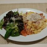 パスタ&ワイン 壁の穴 - ピュアホワイトとベーコンの冷製カルボナーラ、サラダ添えです