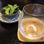 三松会館 - お通しの枝豆(無料サービス)と、日本酒「花泉」¥420