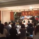 ラ・メール・プラール - 卵をかき混ぜるパフォーマンスが目の前で見れるオープンキッチン