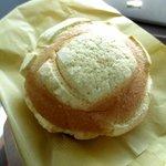 ベイメロンパン - 料理写真:外はカリカリ中はふわふわメロンパン!