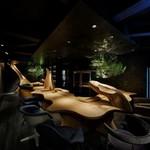 GinzaWineBar G5 - 木で作られたカウンターは、抜群の居心地の良さで、皆様に好評です