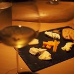 GinzaWineBar G5 - 厳選チーズの盛り合わせ。チーズ専門店から切りたてを直送してもらっています