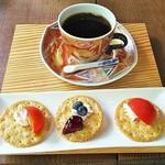 まるさんかくしかく - 料理写真:濃い珈琲・ブラジルピーベリー(500円)クラッカー付き