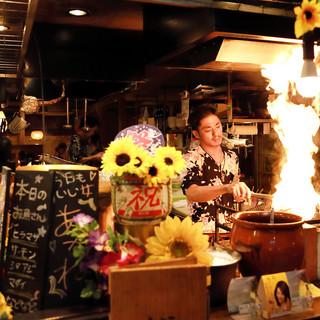オープンキッチンでは炉端焼も!炎を上げて豪快に焼き上げます!