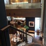 90582700 - 階段踊り場から1階を見下ろす図