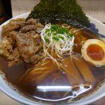 麺屋 猪一 - 「和牛そば (濃い口黒醤油)」は、黒々としたスープながらも透明感満点!和牛もたっぷりで美味しさ満点な予感!