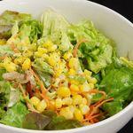 カリカリベーコンと新鮮コーンの焙煎胡麻サラダ