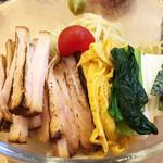 90598794 - 冷たいシコシコ自家製麺に各種トッピング。 たっぷりの炙りチャーシュー・錦糸玉子・小松菜・山芋・海苔・プチトマト。