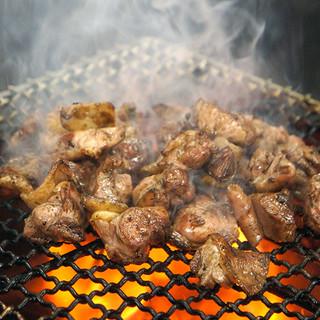 『鶏もも藁焼き』は当店自慢の串に刺さない『焼き鳥』