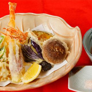 人気メニューは「天ぷら」と「玉子かけごはん」!