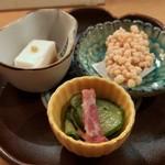 90608742 - 自家製胡麻豆腐 メバルのあられ揚げ 鯨ベーコンの酢の物
