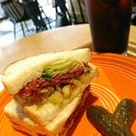90613861 - ビーフ パストラミ & ロースト ポテト サンドイッチ