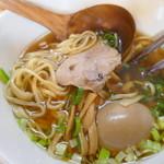 中華そば de 小松 - 麺に粒々が見えます